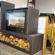 Espace Cheminées 66 Perpignan vend un nouveau poêle à bois avec support à bûches design.