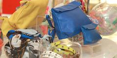 Accessoires de mode Perpignan en boutique avec sacs, chaussures, bijoux, foulards, lunettes...(® networld-fabrice chort)